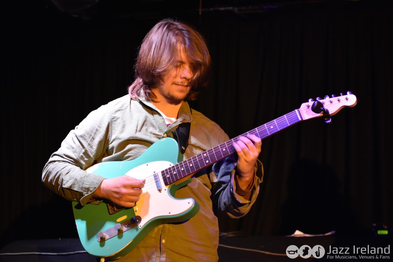 Petr Moc - rozhovor hra na kytaru
